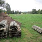 Der Bereich Biergarten mit Pavillons, Blockhütte und Toilette ist abgesteckt und die Palisaden für den Zaun warten auf den Einbau.