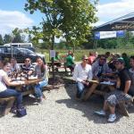 Besucher im kleinen Biergarten